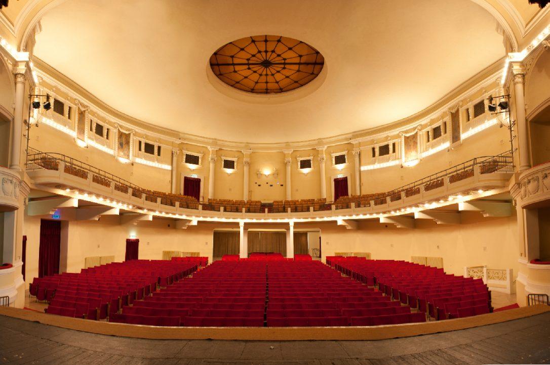 Platea e galleria del Teatro Politeama Pratese